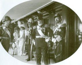 """Suurbritannia kuningas Edward VII, imperaator Nikolai II (paremal) ja Walesi prints Georg jahtlaeva """"Standart"""" pardal"""